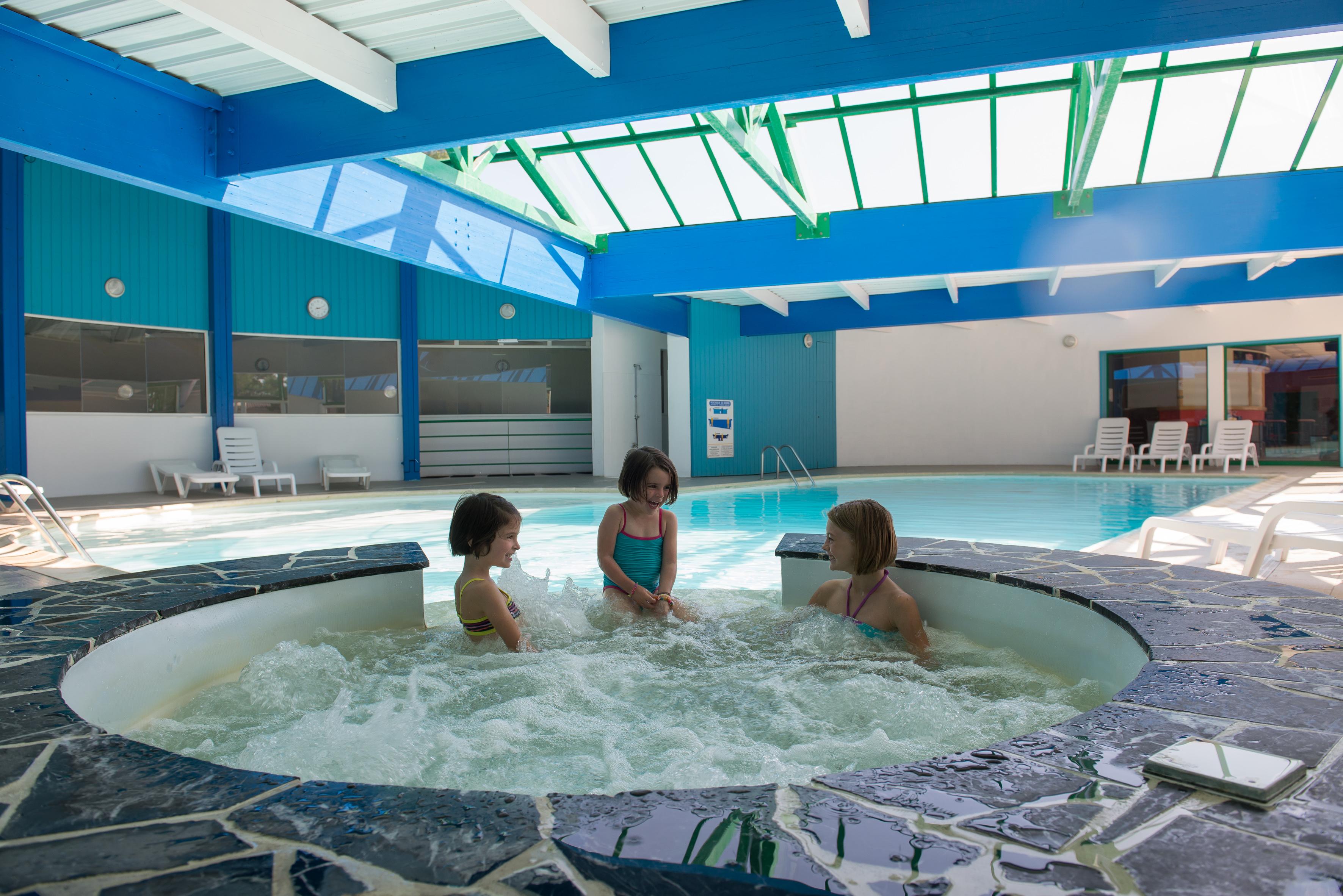 Camping familial avec piscine couverte en vend e camping for Petit camping familial avec piscine